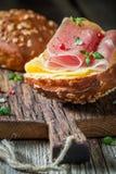 Вкусная плюшка с ветчиной и сыром для завтрака Стоковая Фотография
