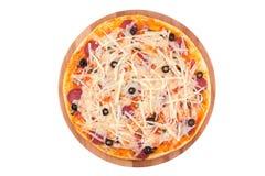 Вкусная, flavorful пицца изолированная на белой предпосылке Стоковые Изображения RF
