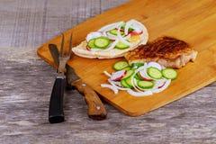 Вкусное жаркое свинины на гриле с фраями, редисками, огурцом Стоковые Изображения RF