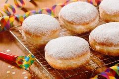 Вкусное засахаренное вокруг Donuts на таблице Стоковые Изображения RF
