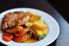 Вкусное мясо с картошками и овощами на белом макросе плиты Стоковая Фотография RF