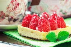 Вкусное пирожное при поленики украшенные с лист мяты на зеленой предпосылке Стоковое Фото