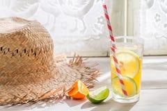 Вкусное питье с лимоном и апельсином стоковые фотографии rf