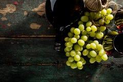 Вкусное свежее красное вино в стекле с бутылкой виноградины и вина Стоковое фото RF