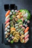Вкусное смешивание суш сделанное из свежих овощей и морепродуктов стоковые изображения