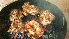 Вкусное сочное мясо зажарено на гриле на барбекю акции видеоматериалы