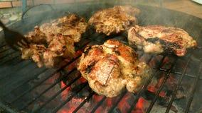 Вкусное сочное мясо зажарено на гриле на барбекю сток-видео