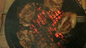 Вкусное сочное мясо зажарено на гриле на барбекю видеоматериал