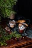 Вкусное теплое какао на старом дрессере Стоковые Изображения RF