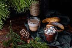 Вкусное теплое какао на старом дрессере Стоковое Изображение