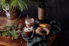 Вкусное теплое какао на старом дрессере Стоковые Фотографии RF