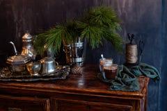 Вкусное теплое какао на старом дрессере Стоковые Фото