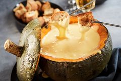 Вкусное фондю сыра с окунать вилки стоковое фото rf