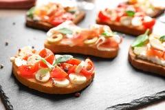 Вкусное bruschetta с томатами вишни и моццареллой Стоковые Изображения RF