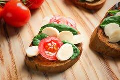 Вкусное bruschetta с томатами вишни Стоковые Изображения RF