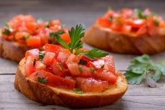 Вкусное bruschetta с томатами и травами Стоковое Изображение RF