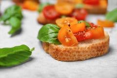 Вкусное bruschetta с томатами на пергаменте, Стоковая Фотография