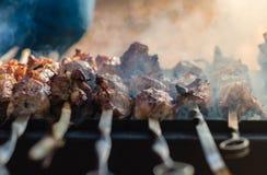 Вкусное shish kebab на гриле угля стоковые фотографии rf