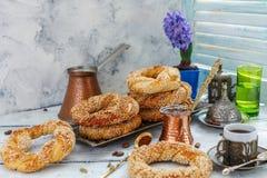 Вкусные бейгл с семенами сезама и баками кофе Стоковые Изображения RF