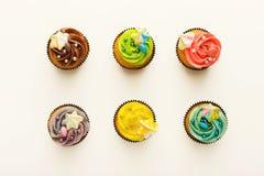 Вкусные булочки с buttercream на белизне Стоковая Фотография