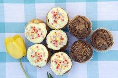 Вкусные булочки при сливк ванили и шоколада украшенная с конфетой сахара Стоковые Фотографии RF