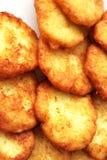 Вкусные блинчики картошки на белой плите Стоковые Изображения RF