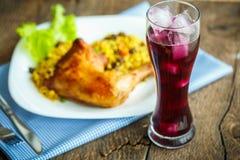 Вкусные блюда от бедренной кости цыпленка с рисом и салатом и glas стоковое фото
