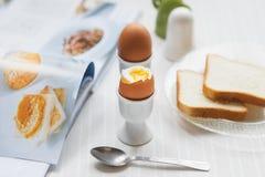 Вкусные вареные яйца для завтрака на белой таблице Стоковое Изображение