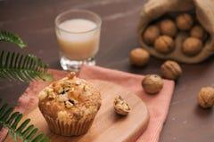 Вкусные домодельные булочки грецкого ореха на таблице Сладостные печенья Стоковые Фото