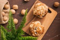 Вкусные домодельные булочки грецкого ореха на таблице Сладостные печенья Стоковое Фото