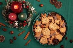 Вкусные домодельные печенья рождества в зеленой плите стоковые изображения rf
