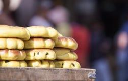 Вкусные еврейские хлебобулочные изделия улицы на деревянном столе на запачканном b Стоковые Фото