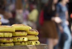 Вкусные еврейские хлебобулочные изделия улицы на подносе на запачканном backgroun Стоковые Фотографии RF