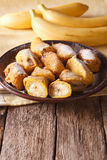 Вкусные зажаренные бананы в бэттере с напудренным сахаром вертикально Стоковая Фотография