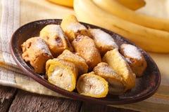 Вкусные зажаренные бананы в бэттере с напудренным сахаром горизонтально Стоковое Изображение
