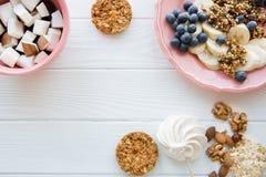 Вкусные закуски на белой таблице, различные виды плодов и печенья, космос экземпляра стоковые фотографии rf
