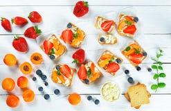 Вкусные здравицы хрустящей корочки голубики абрикоса клубники Стоковые Изображения RF