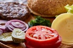 Вкусные ингридиенты гамбургера положены вне отдельно сверху, красиво гармонично, конец-вверх, взгляд сверху стоковое изображение rf