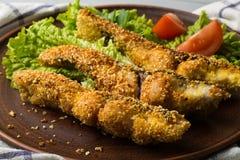 Вкусные испеченные рыбы на конце-вверх таблицы плиты Стоковые Изображения RF