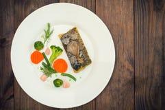 Вкусные испеченные рыбы на плите на конце-вверх таблицы Деревянная предпосылка Взгляд сверху Конец-вверх Стоковое фото RF