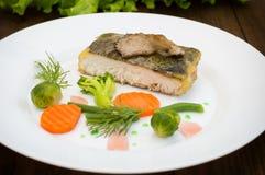 Вкусные испеченные рыбы на плите на конце-вверх таблицы Деревянная предпосылка Взгляд сверху Конец-вверх Стоковое Изображение