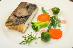 Вкусные испеченные рыбы на плите на конце-вверх таблицы Деревянная предпосылка Взгляд сверху Конец-вверх Стоковые Изображения