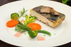Вкусные испеченные рыбы на плите на конце-вверх таблицы Деревянная предпосылка Взгляд сверху Конец-вверх Стоковая Фотография