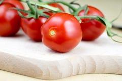 Вкусные и зрелые томаты вишни с капельками воды Помытый ve Стоковые Изображения RF