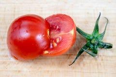 Вкусные и зрелые томаты вишни с капельками воды Помытый ve Стоковые Изображения