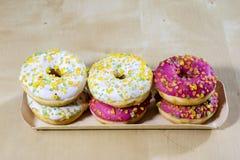 Вкусные и свежие donuts на кухонном столе Печенья, вкусное snac Стоковые Фотографии RF
