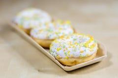 Вкусные и свежие donuts на кухонном столе Печенья, вкусное snac Стоковое фото RF