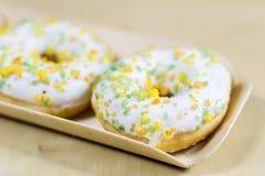Вкусные и свежие donuts на кухонном столе Печенья, вкусное snac Стоковая Фотография RF