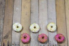 Вкусные и свежие donuts на кухонном столе Печенья, вкусное snac Стоковое Изображение