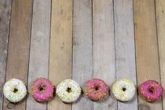 Вкусные и свежие donuts на кухонном столе Печенья, вкусное snac Стоковые Изображения